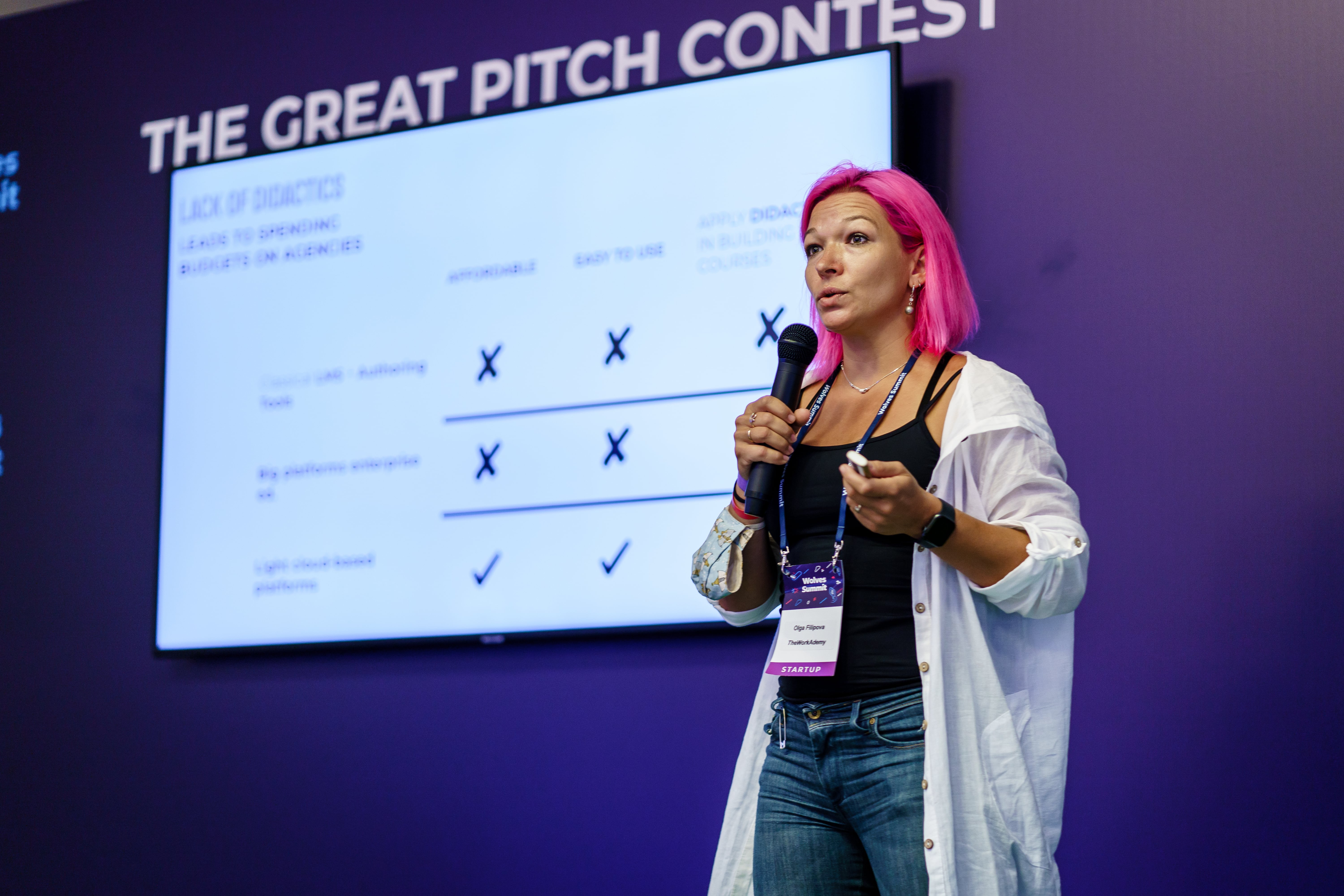 A woman taking part in the pitching contest on the stage.